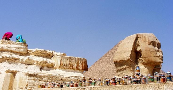 Bottigliette con sabbia colorata all'ombra della Sfinge