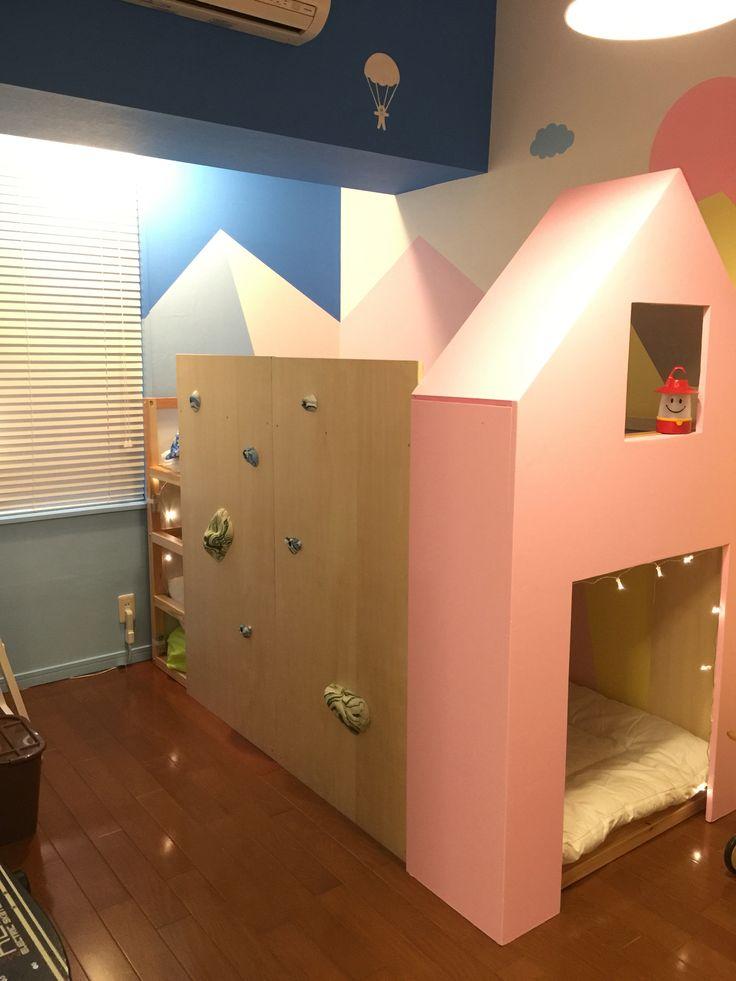 夢みたいな子供部屋をつくってみた! 子供の頃に憧れてた可愛いくて、秘密基地みたいな子供部屋を自分の子供達にプレゼント。 業者に頼むよりアーティストさんに頼んだ方が安くて簡単です。  ウォールペインティグやキッズイベントで大活躍している須磨阿弥さんにお願いしました。 http://www.amisuma.com  子供達が大きくなれば、またペインティングしてもらってもいいし、真っ白に塗ればまた元に戻るので、住み替えも安心です。 このベッドはIKEAの2段ベッドを使ってます。枠だけ作ってもらって、屋根は取り外し可能に。ボルダリングのボードはベッド固定。  #kids #bed #bouldering #room #wallpainting