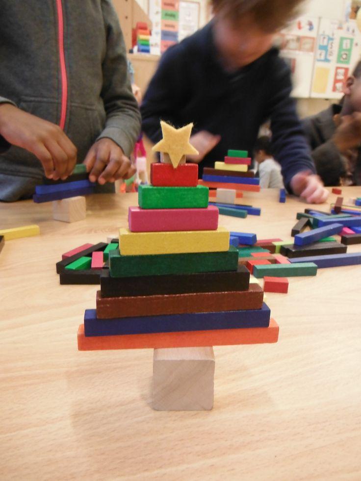 boom maken van rekenstaafjes op een kleine kubus, het kleinste blokje heeft een plak sterretje gekregen.