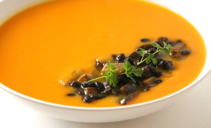 Pompoensoep met gember en een dip van zwarte bonen en aubergine. Comfort food!