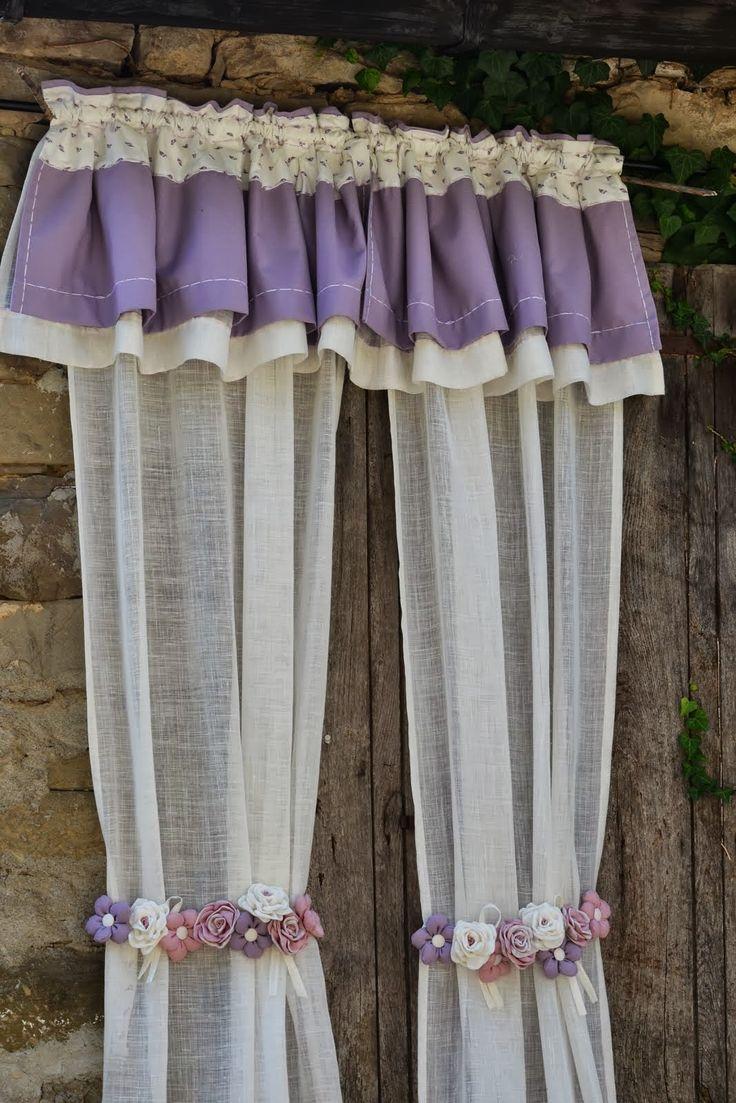 Tende country fai da te, tende lunghe bianche con fascia con fiori in stoffa applicati sui toni del viola e mantovana lilla