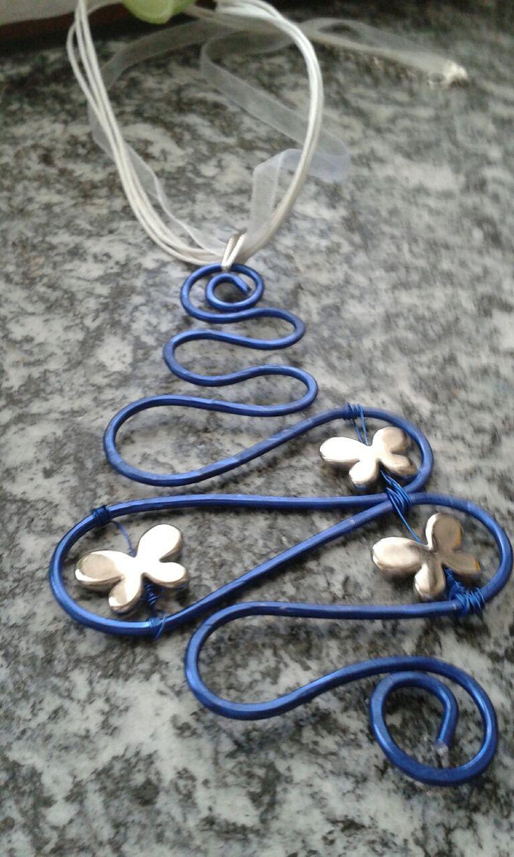 Ciondolo in alluminio piegato e battuto con farfalle in materiale sintetico legate con filo di rame colorato