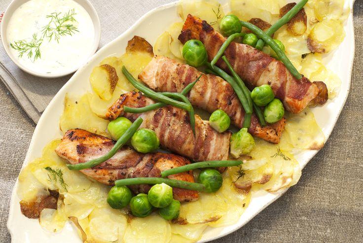 ørretfileter surret i bacon med sprøstekt potetskiver, rosenkål og aspargesbønner