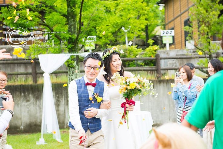 """青空の下、 牧場にて*** * * * #weddingtbt  #tbt  #牧場結婚式  #ガーデンウェディング  #アウトドアウェディング  #結婚式 #結婚式準備 #結婚式写真 #結婚式カメラマン #結婚式ヘア #花かんむり #ウエディング #ウエディングフォト #ウエディングドレス #ウエディングケーキ #wedding #weddingday #weddingdress #weddingphotography #bridal #ゼクシィ #ワールド牧場 #2016夏婚 #2016秋婚 #2016冬婚 #関西花嫁 #プレ花嫁 #osaka #kobe #officecircle  【大阪・神戸・京都】結婚式写真・オーダーメイドムービー・フォトウェディングなら""""Office Circle""""  結婚式の写真、映像にこだわるなら""""Office Circle""""関西を中心に全国出張可能。 二人らしい自然な一瞬をちょっとドラマチックに。最高の瞬間をカタチに残します。"""
