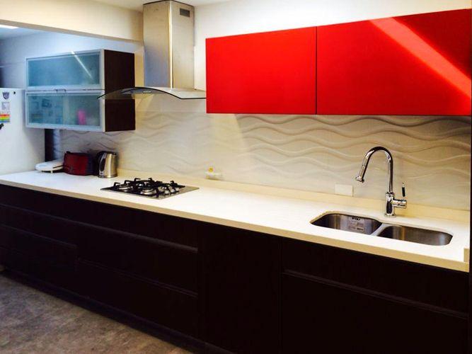 Pichara rios arquitectos cocina estantes rojos lacados muro salpicadero porcelanato ondas textura relieve muebles negro campana decorativa puerta vidrio empavonado