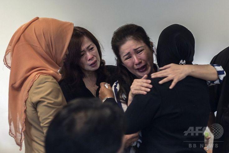 インドネシア・スラバヤ(Surabaya)の国際空港で、消息を絶ったエアアジア(AirAsia)機に乗っていた家族の安否を心配する人々(2014年12月29日撮影)。(c)AFP/Juni KRISWANTO ▼29Dec2014AFP|「呪いか」 嘆くマレーシア、1年で旅客機3機に悲劇 自然災害も http://www.afpbb.com/articles/-/3035383 #QZ8501