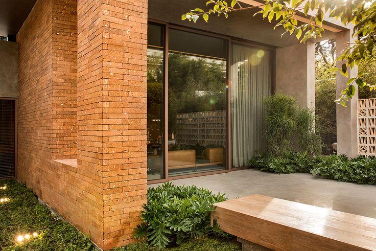 Decoração, design de interiores, decoração de casa, iluminação, obra de arte, quadro, pintura, flores, plantas, flores na decoração, plantas na decoração, entrada, varanda.