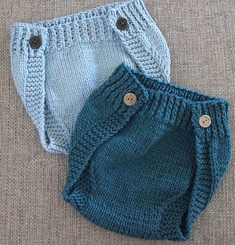 Længe ventet opskrift på et par nemme og anvendelige blebukser, lukket enten med velcro eller med knapper. Hurtigt strikket på pinde 6, her i ren uld. Læs mere ...