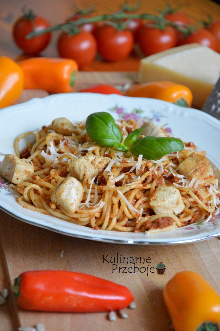 Makaron z pesto, makaron z pesto i kurczakiem, makaron z pesto z suszonych pomidorów, spaghetti z pesto z suszonych pomidorów.