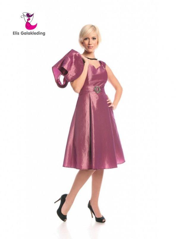 Galajurk met knielengte in retro stijl. Gemaakt van taft. Bovenkant met hartvormig decolleté en brede schouderbandjes. De rok van de jurk loopt geleidelijk  - € 75,00