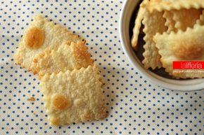 I crackers fatti in casa sono stuzzicanti quadratini croccanti, perfetti per sostituire il pane, ma anche ottimi a merenda o per l'aperitivo.