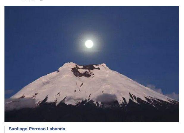 El volcan Cotopaxi alumbrado por la luna