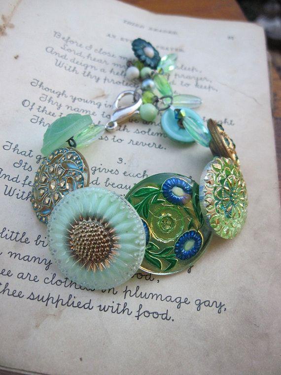 shabby chic...- Vintage Button Bracelet -