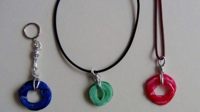 Ciondoli e portachiavi realizzati con il collo di una bottiglia di plastica - Riciclaggio Creativo - Rosa Montesa