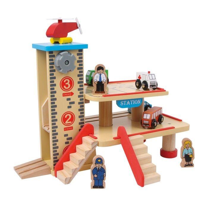 VEHI09.01.Aparcamiento con estación de madera de juguete con 4 vehículos, helicóptero, 2 figuras y 2 escaleras de madera
