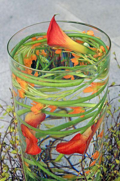 http://holmsundsblommor.blogspot.se/2013/05/under-vatten.html Blomsterdekorationer till Vattenstämman i Umeå 2013. Calla (zantedeschia) o ornithogalum