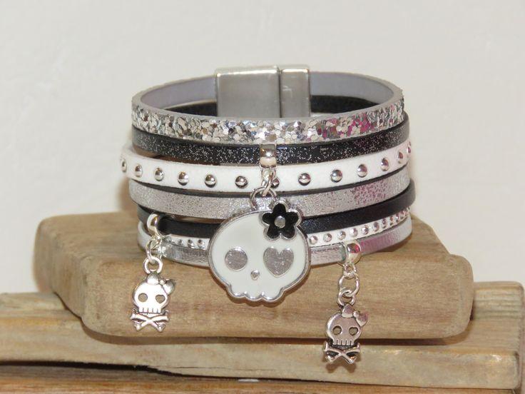 """Bracelet manchette en cuir noir, blanc et argent """"tête de mort girly"""" avec fermoir aimanté : Bracelet par pimprenelle-coccinelle-creations"""