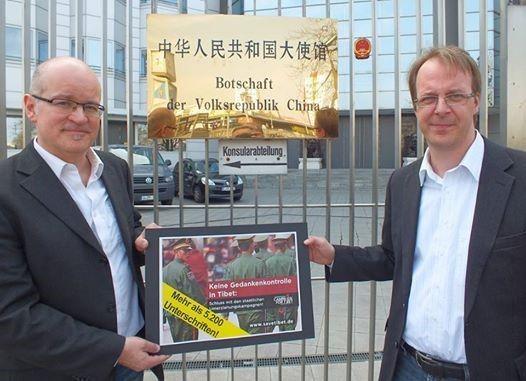 """""""Keine Gedankenkontrolle inTibet!"""", lautete die Überschrift unserer Petition, die wir am 3. April der chinesischen Botschaft überreicht haben (auf dem Foto, Kai Müller (re.) und Martin Reiner, beide ICT). Am Ende waren genau 5.259 Unterschriften zusammengekommen. 5.259 Menschen, die der Meinung waren, dass China seine Umerziehungskampagnen in Tibet beenden soll.Ganz herzlichen Dank an alle, die diese Petition unterstützt haben! Foto: ICT."""
