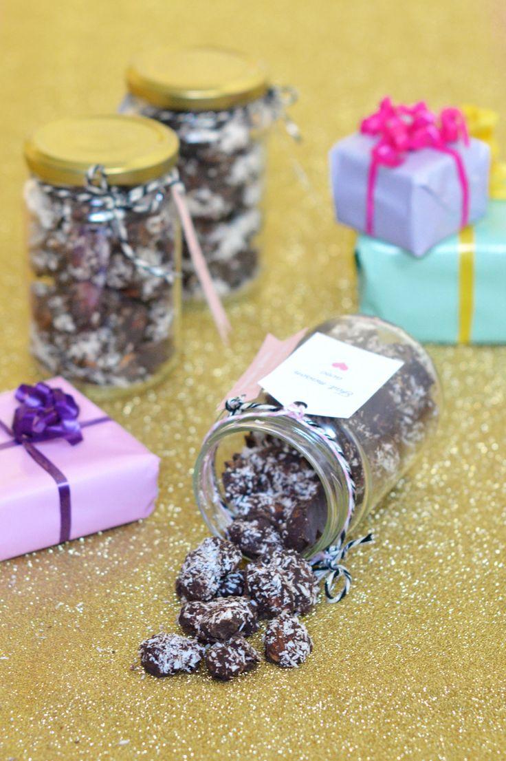 Idée de cadeau gourmand homemade à offrir pour Noël : amandes grillées au chocolat noir et à la noix de coco www.sweetandsour.fr - Sweet & Sour | Healthy & Happy Living