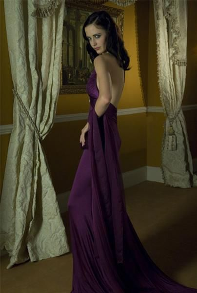 Алое платье из казино рояль