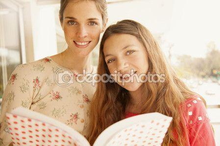 Мать и девочка, читающая книгу — стоковое изображение #111778886