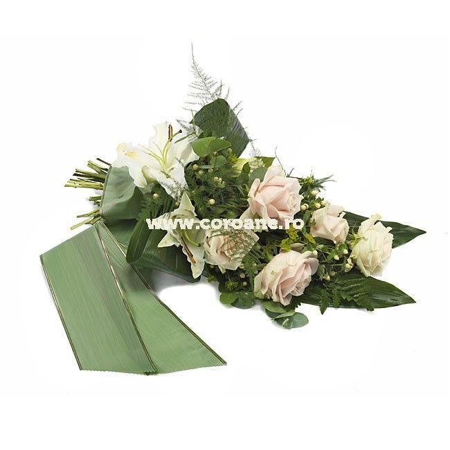 Buchet funerar crini, trandafiri si hypericum, delicat si feminin pentru un ultim omagiu delicat si de neuitat! Buchet elegant funerar