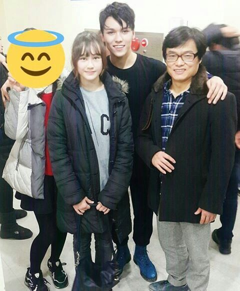 Vernon with his sister and dad OMG Sophia has grown so well!!