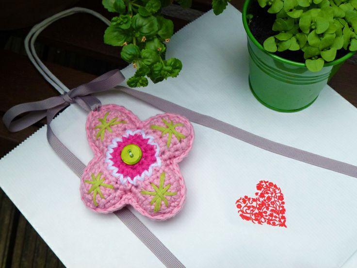 Free crochet pattern: Flower Bag Hanger.: Patterns, Crochet Flower, Free Pattern, Flower Baghanger, Pattern Flower, Crochet Pattern
