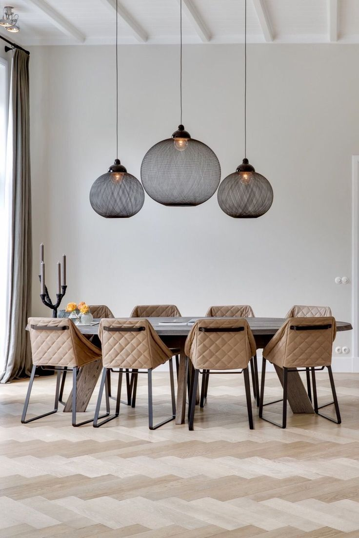 Dramatic pendant lights - great with a full height ceiling. Keuken met zwarte lampen en een matte grote vaas met takken