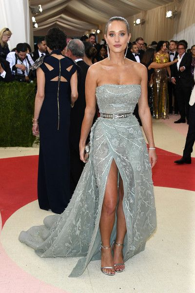 """Hannah Davis attends the """"Manus x Machina: Fashion In An Age Of Technology"""" Costume Institute Gala at Metropolitan Museum of Art on May 2, 2016 in New York City."""