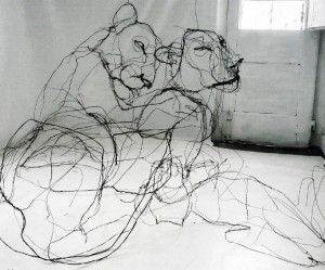 Dierlijke sculpturen gemaakt van draad die eruitzien als gekrabbelde potlood tekeningen