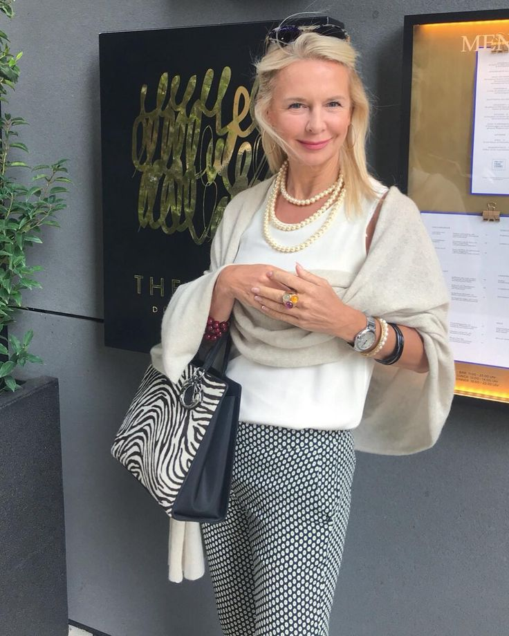 "bibi horst on Instagram: ""Hier in Düsseldorf vor dem Restaurant Fritz's Fra…"