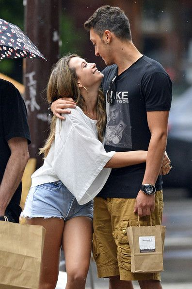 Mesut Ozil seems quiet taken with his pop star girlfriend Mandy Capristo. Description from mrsport.ro. I searched for this on bing.com/images