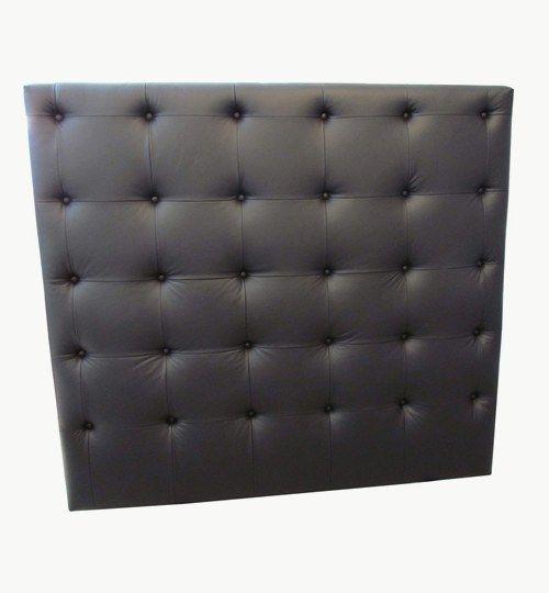 Specialdesignad sänggavel, bredd 140 cm, höjd 130 cm. Knappar med sömmar emellan. Lambada skinn från Nevotex. Beslag för montering på vägg ingår. #azdesign #sanggavel #huvudgavel #skinn #svart