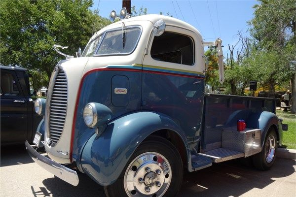 """Amerika'nın dört bir yanından özel olarak getirilen yüzlerce klasik otomobil ve kamyonetin sergilendiği """"Antika Araba Şovu"""" klasik araba meraklılarını Güney California'nın tarihi demiryolu hattının geçtiği Perris şehrinde buluşturdu."""