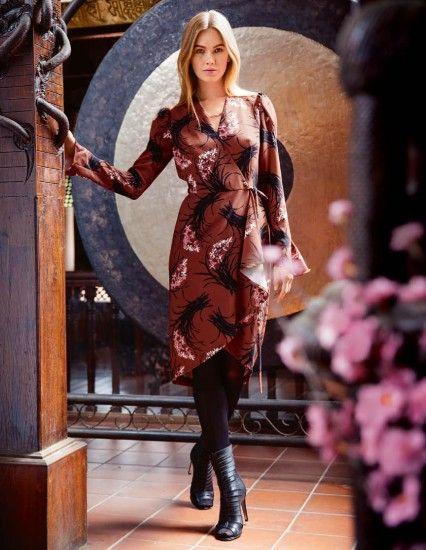 Atraktivní model našel inspiraci u sakurových stromů. Růžovobílé třešňové květy symbolizují v Číně lásku a ženskou krásu, proto se často objevují na dámském oblečení. Zavinovací krepové šaty zdobené nařasenými a volánkovými vsadkami na rukávech vytvarují dokonalé křivky.