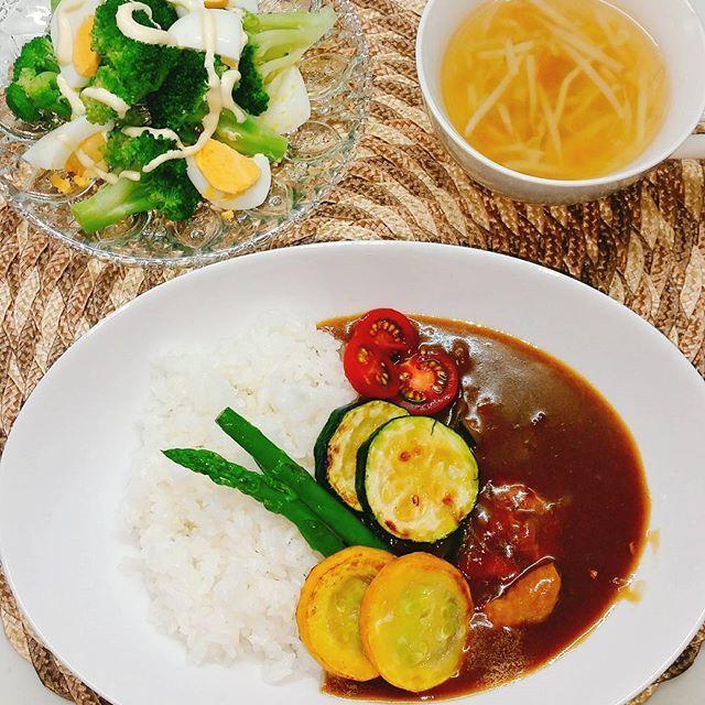 ** * 冷蔵庫にあった食材がたまたま#夏野菜カレー を作れるものだったので初めて作ってみた❤ ・ ジャガイモ入ってないしズッキーニとかトマトとかシンプルな野菜ばかりだからさっぱりしていいかも❤ ・ 今日のごはん… ・ 夏野菜カレー ・ サラダ ・ コンソメスープ ・ ・  #おつまみ#晩酌#酒好き#おうちごはん#家飲み#夫婦飲み#料理#レシピ#肉#野菜#クッキングラム #ビール#焼酎#日本酒#カレー#カレーライス #大皿料理 #cooking#food#love#beer#Japanesefood#appetizer#sidedish