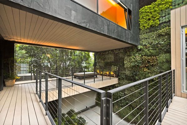 Cormanca casa con jard n vertical en el patio vivienda for Sustainable decking