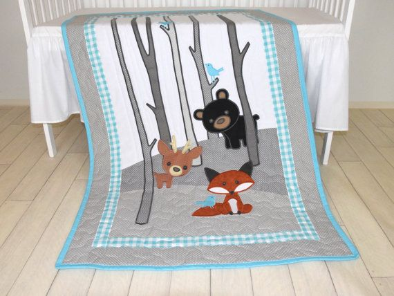 Un orange foxy, mignon ours, cerf chéri avec le bouleau sur les fond et aqua birdies assis sur les branches. Ceci est ma version, mais sil vous