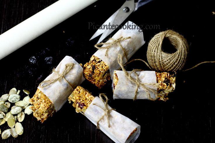 Питательные, в меру сладкие домашние батончики мюсли из овсяных хлопьев, с сухофруктами, орехами, семенами и кокосовой стружкой.