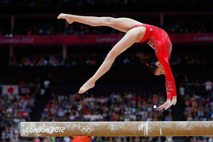 Esta es una foto de una chica haciendo gimnasia en una viga. Ella es muy atlética. Es probable que tenga que mantenerse en forma.