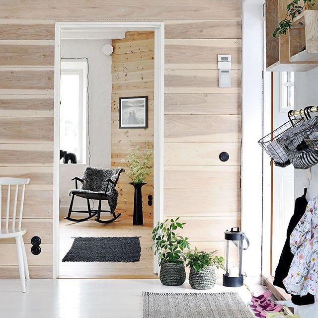 Er ikke denne gangen bare nydelig?! 😍 Se resten av det vakre hjemmet, som egentlig er en gammel mølle, i BoligPluss. 🏡👍🏻😃Foto: Rebecca Martyn @kvarn.en #interiør #hjem #gang #boligpluss #inspirasjon #bestpåideer