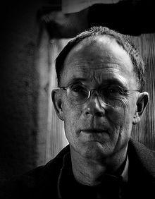 """William Gibson est né le 17 mars 1948, c'est un écrivain américain de science-fiction et l'un des leaders du mouvement cyberpunk. Il a écrit le premier roman de sciences fiction """"Neuromencien """". C'est le premier roman qui parle de cyberspace, d'hackers et de réalité virtuel. Il donne l'inspiration au film """"Matrix"""" un film australo-américain de science-fiction1, réalisé par Andy et Lana Wachowski  sorti en 1999. Il est considéré comme l'un des films du genre le plus important de son époque."""