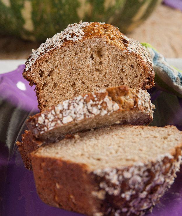 Ένα άγλυκο κέικ με αρκετές θρεπτικές ουσίες λόγω της μπανάνας και της βρόμης. Απολαύστε το στο πρωινό σας.