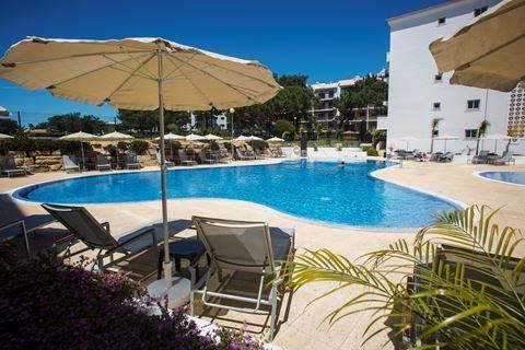 Victoria Sport&Beach Resort  Description: Ligging: Victoria Sport & Beach Resort (ex. Luna Stella Maris) is prachtig gelegen aan de rand van het bekende en vooral gezellige Albufeira en het mooie Vilamoura en is omgeven door een dennenbos. Het beroemde zandstrand van Falésia beoordeeld met een blauwe vlag (keurmerk voor reinheid) en door velen het mooiste strand aan de Algarve genoemd is gelegen op slechts 700 meter. Het strand is gemakkelijk te bereiken via een hellende weg met een trap…