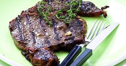 Μοσχάρισιες μπριζόλες μαριναρισμένες με δεντρολίβανο, θυμάρι και σκόρδο | olivemagazine.gr