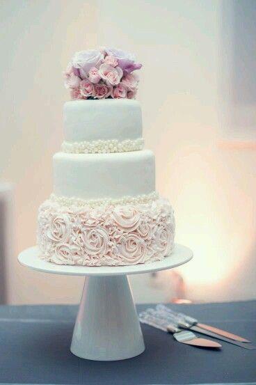 Un pastel muy romantico con betun y fondant en tono palo de rosa. #AILOVIUwp