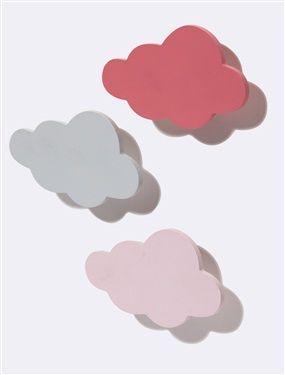 3 nuages en bois peint pour décorer la chambre et supporter tendrement les petits vêtements. Détails 3 coloris différents : rose vif, rose pâle et gri