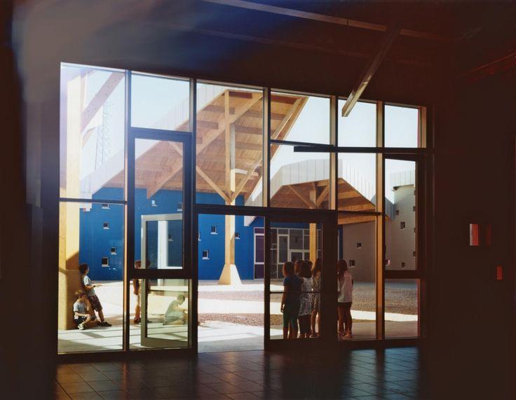 Una scuola in Legno è progettata dallo studio di Architettura 5+1AA, a Zugliano, in Veneto. Una società che decide di agire e partecipare, inizia dalla costruzione delle scuole. Una comunità che crede nella scuola come principale edificio pubblico e di autorappresentazione è una comunità che dialoga con la Storia, con i sentimenti collettivi e con il futuro.