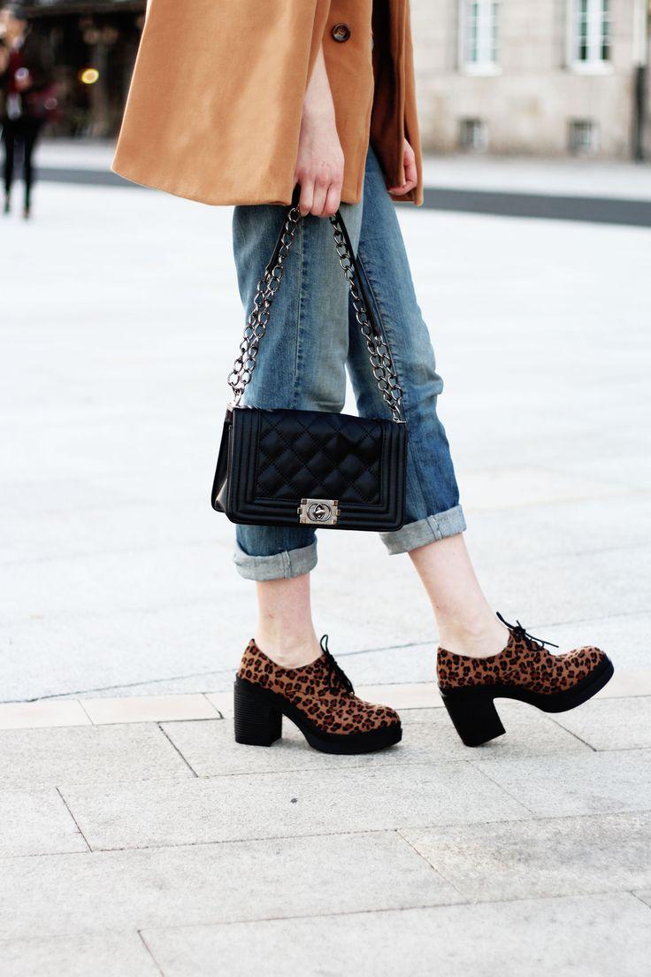 Capa camel, zapatos blucher de print de leopardo y jeans- Martina Lubian